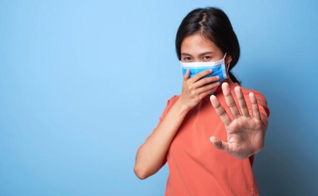 Kobieta kichanie i obejmujące usta i nos podczas kaszlu grypy. epidemiczna ochrona przed koronawirusem.