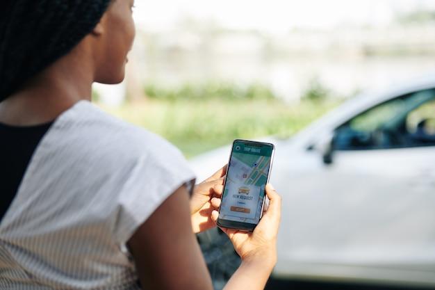 Kobieta kierowca akceptująca nową prośbę