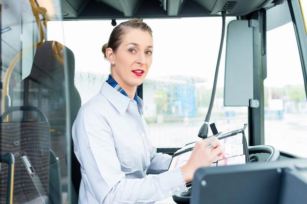 Kobieta kierowca autobusu w fotelu kierowcy