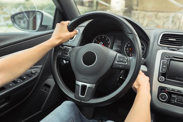 Kobieta kierowca jedzie samochód