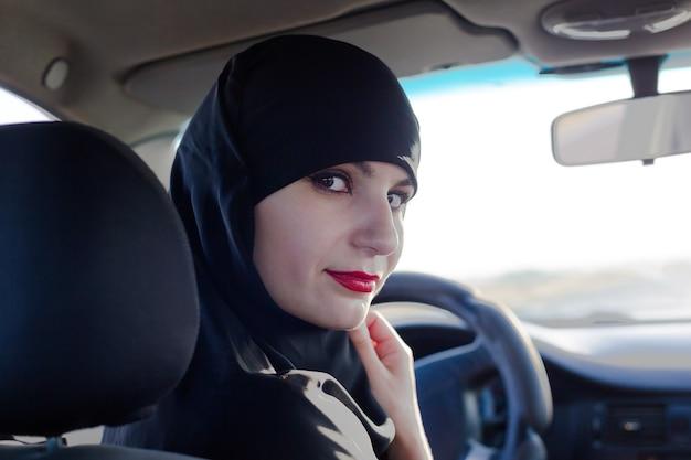 Kobieta kierowca samochodu w dubaju w zjednoczonych emiratach arabskich, jazda portretowa