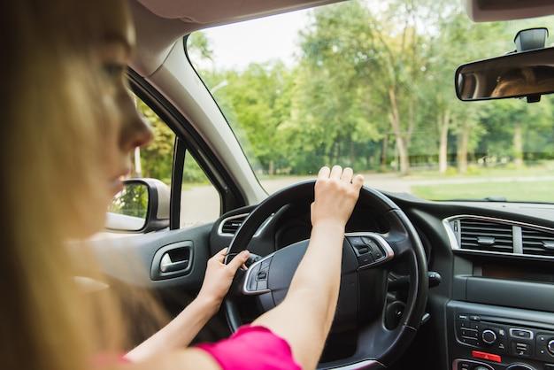 Kobieta kierowca trzymać kierownicę