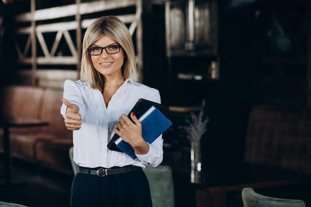 Kobieta kierownik woth folderów dokumentów