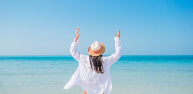 Kobieta kłaść na plaży cieszy się wakacje letnich patrzeje morze