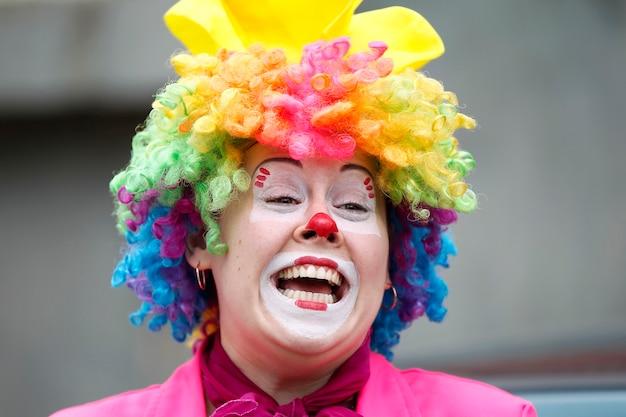 Kobieta klaun śmieje się wesoło radosny klaun dla dzieci