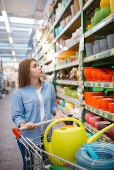 Kobieta klient kupuje narzędzia do ogrodnictwa