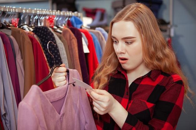 Kobieta klient zakupy w butiku odzieżowym