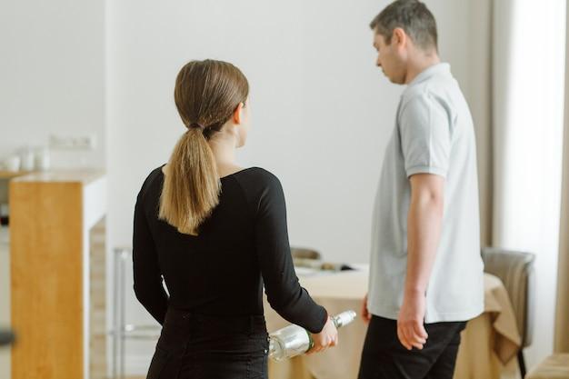 Kobieta kłóci się, bo mąż ma butelkę wina
