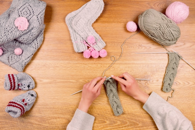 Kobieta kobieta dziewczyna dzianiny nowe ciepłe skarpetki. krawcowe miejsce pracy. widok z góry