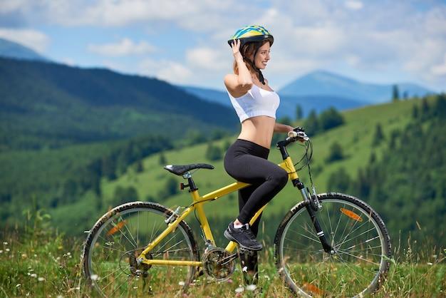 Kobieta kolarz rowerowy rower w górach