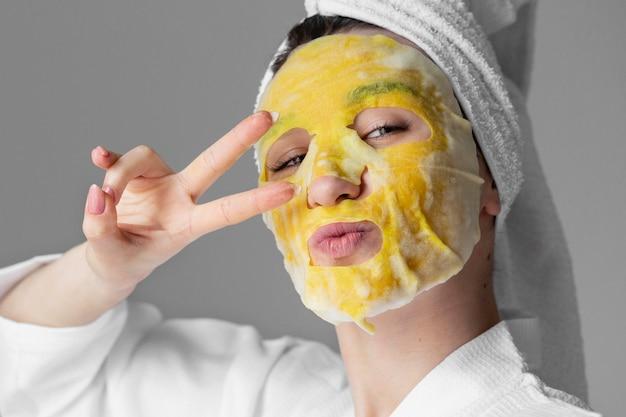 Kobieta koncepcja samoopieki z maską na twarz