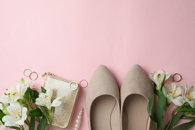 Kobieta koncepcja z różnymi akcesoriami na różowym tle