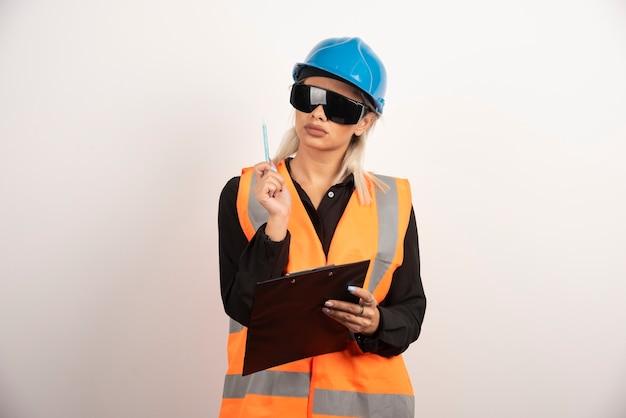 Kobieta konstruktor z goglami i schowkiem. wysokiej jakości zdjęcie