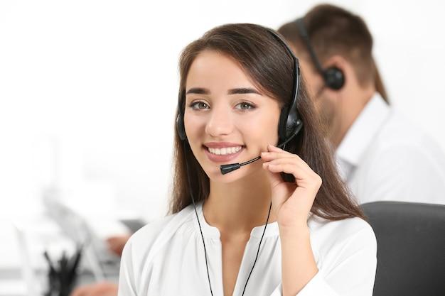 Kobieta konsultantka z zestawem słuchawkowym w biurze