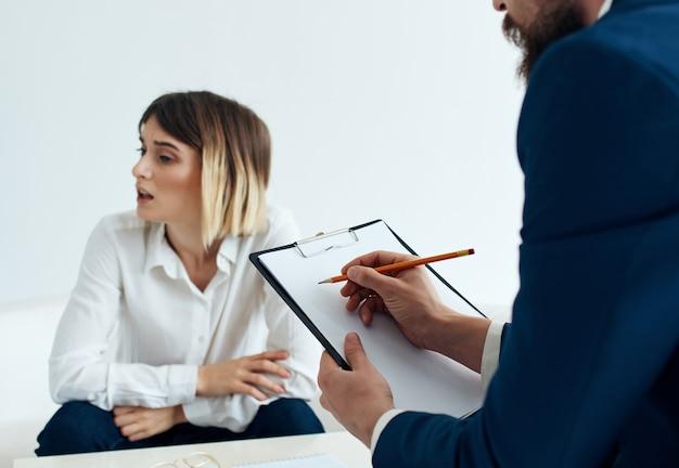 Kobieta konsultuje się z pacjentem psychologia problemy zdrowotne stres