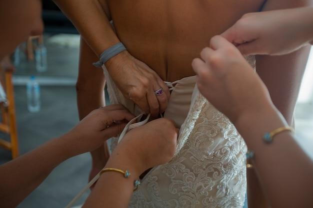 Kobieta koronki ślubnej sukni na oblubienicy z powrotem