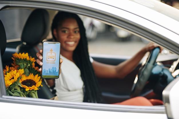 Kobieta korzystająca z aplikacji do udostępniania samochodów