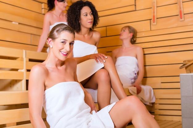 Kobieta korzystająca z infuzji wellness w saunie