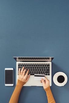 Kobieta korzystająca z karty kredytowej online/kobieta biznesu kupująca online