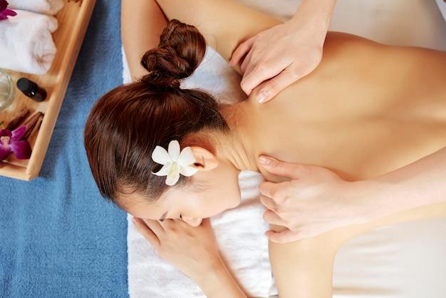 Kobieta korzystająca z masażu pleców