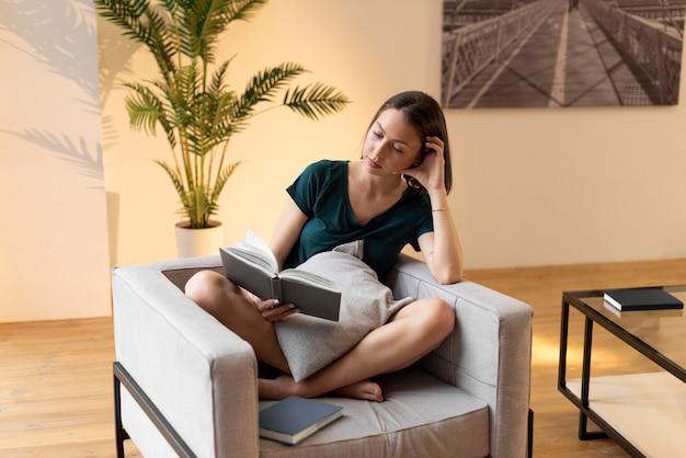 Kobieta korzystająca z przyjemności życia codziennego w domu