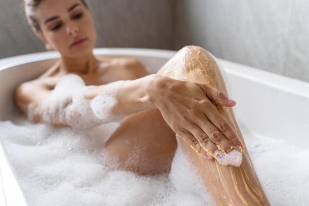 Kobieta korzystająca z relaksującej kąpieli z bąbelkami