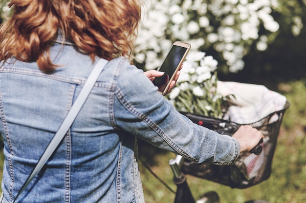 Kobieta korzystająca z telefonu komórkowego podczas jazdy na rowerze