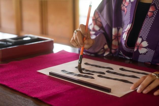 Kobieta korzystająca ze specjalnych materiałów do sztuki japońskiej