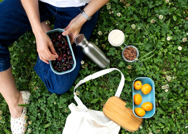 Kobieta korzystająca ze zrównoważonych odbiorców żywności