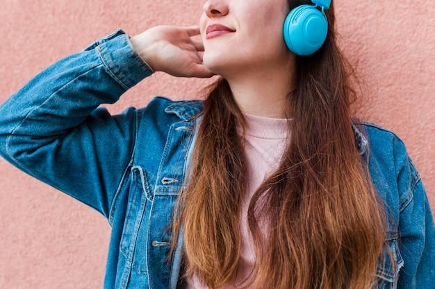 Kobieta korzystających muzyki na słuchawkach