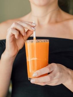 Kobieta korzystających świeżego soku z marchwi