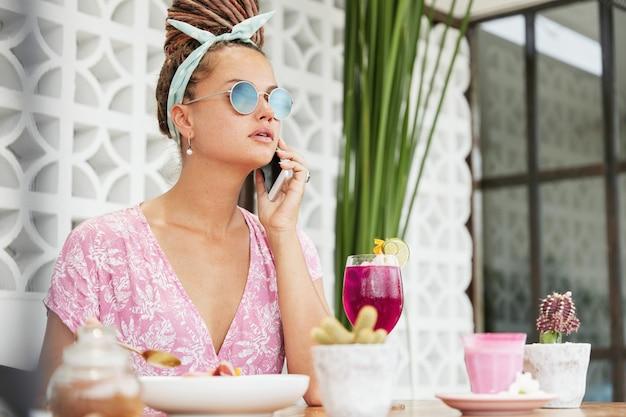 Kobieta korzystających z deseru i drinka w kawiarni