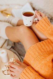 Kobieta korzystających z ferii zimowych przy filiżance herbaty