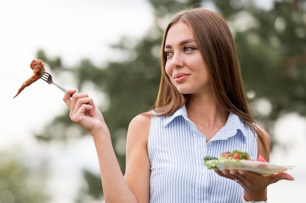 Kobieta korzystających z grilla na świeżym powietrzu