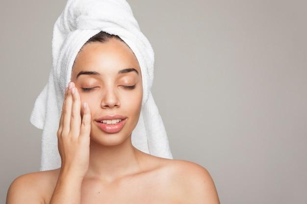 Kobieta korzystających z jej miękkiej skóry