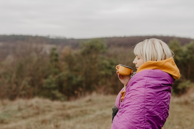 Kobieta korzystających z zabytków przyrody z filiżanką herbaty