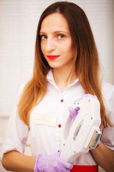 Kobieta kosmetolog w białym płaszczu w studio urody