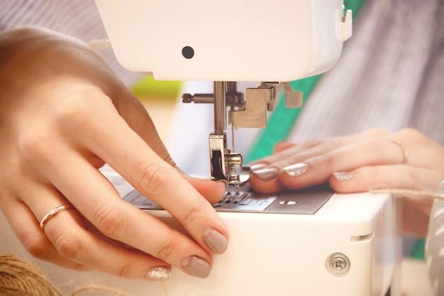 Kobieta krawcowa praca na maszynie do szycia