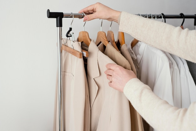Kobieta krawiecka sprawdzanie odzieży