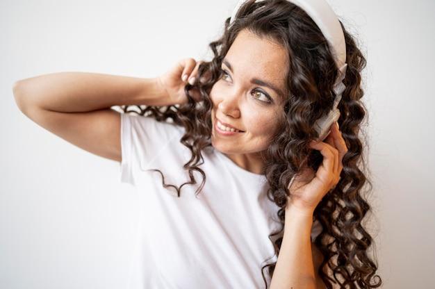 Kobieta kręcone słuchanie muzyki z bliska
