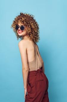 Kobieta kręcone włosy uśmiech czerwone usta elegancki styl