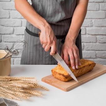 Kobieta krojenia chleba bananowego