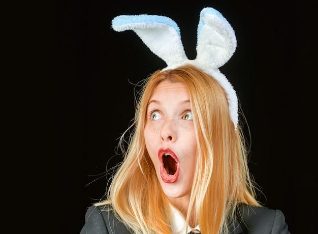Kobieta króliczek. wesołych świąt wielkanocnych. portret szczęśliwa kobieta mrugając uszami królika. zajączek kobieta. seksowny