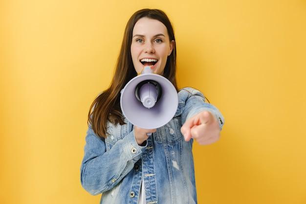 Kobieta krzycząca w megafonie wskazującym palcem wskazującym
