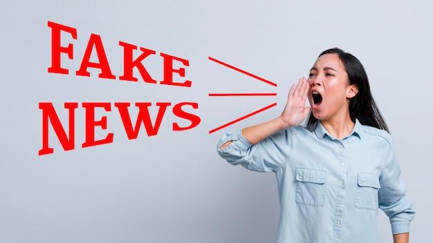 Kobieta Krzyczy Fałszywe Wiadomości Premium Zdjęcia