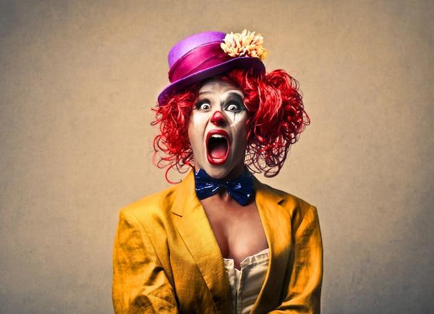 Kobieta krzyczy klauna