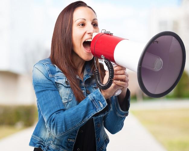Kobieta krzyczy przez megafon