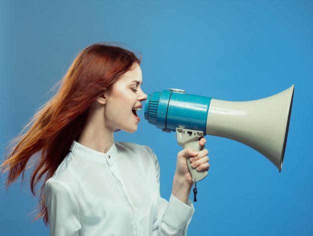 Kobieta krzyczy studio krzyczy mocno