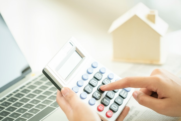 Kobieta księgowy lub pracownik banku używa kalkulatora.