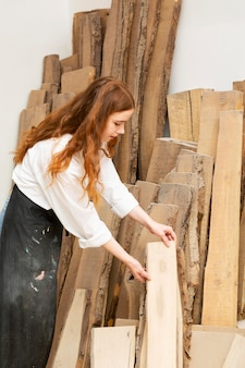 Kobieta, która chce wziąć kawałek drewna